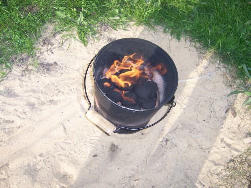 Grill-Eimer mit Kohle