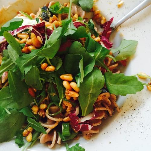 Sommerpaste mit Snofrisk, frischem Salat und gerösteten Pinienkernen