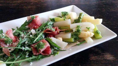 Serrano Schinken mit Rucola, Pesto und grünem und weißem Spargel