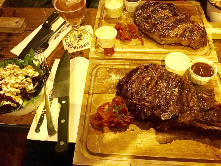 Prime Rib Steak mit Beilage bei Cannibale Royal in Amsterdam Lange Niezel