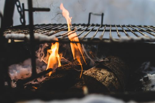 Grillrost und Flammen