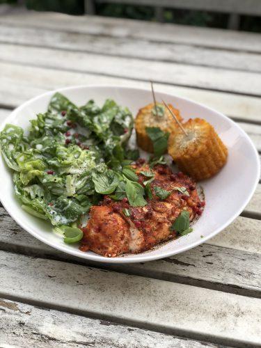 Hot Chili Chicken mit Maiskolben und Salat