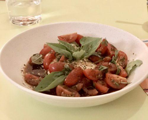 Tomaten Burrata Salat mit Basilikum